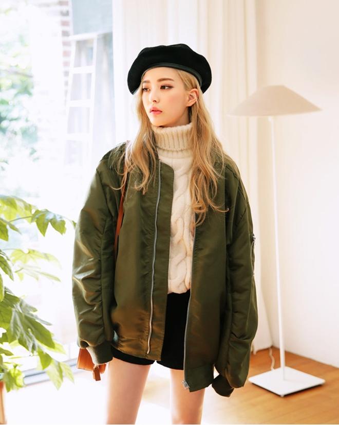 áo khoác dù phối áo len cổ lọ